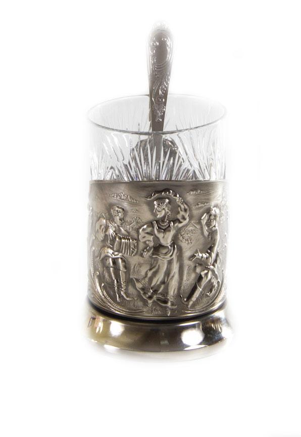 Набор чайный Русские пляски, 3 предмета050101003Чайный набор Русские пляски выполнен в традиционном классическом стиле. Подстаканник, изготовленный из никелированной латуни, оформлен изысканным рельефом изображением. Стакан изготовлен из хрусталя и украшен красивыми узорами. В комплекте предусмотрена ложечка.Чаепитие в России - особый и любимый всеми ритуал, а главная его составляющая - общение. Чай согревает холодными зимними вечерами, прохлаждает во время неспешных летних чаепитий на веранде, собирает за одним столом гостей или членов семьи. За чашкой чая завязывается непринужденный разговор по душам.Такой набор станет красивым и оригинальным подарком к любому случаю.Объем стакана: 300 мл.Высота стакана (с учетом подстаканника): 13,5 см.Диаметр стакана (по верхнему краю): 7 см.Длина ложки: 14,5 см. Размер рабочей поверхности ложки: 5 х 3 см.