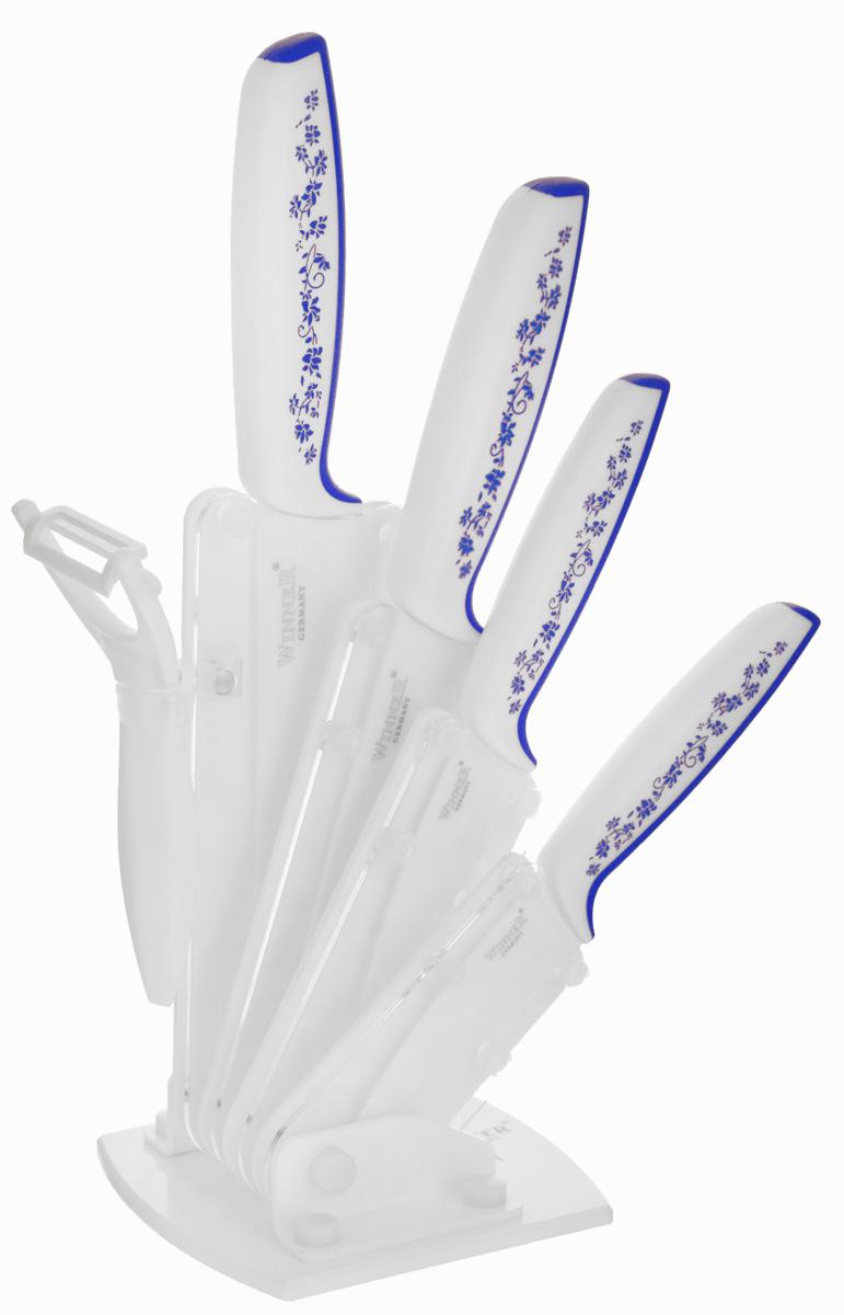 Набор керамических ножей Winner, цвет: белый, синий, 5 предметовWR-7322_синийНабор Winner состоит из четырех ножей и акриловой подставки. В набор входит: нож поварской, нож универсальный, нож для очистки, картофелечистка. Лезвия ножей изготовлены из керамики, благодаря чему обладают сверхвысокой твердостью и износостойкостью. Резать без заточки таким ножом можно долгие годы, на нем не появляются царапины, и при этом он ощутимо легче стального. Керамика не оставляет на продуктах неприятного металлического послевкусия. Продукты, которые вы нарезаете керамическим ножом, не вступают в химическую реакцию, не окисляются и не намагничиваются - то есть сохраняют все свои полезные свойства. Эргономичные рукоятки выполнены из пластика и оформлены ярким цветочным узором. Они позволят держать нож свободно и максимально удобно. Нарезать продукты или чистить овощи теперь станет намного проще. Ножи удобно размещаются на подставке, выполненной из акрила. Дно подставки выполнено в форме сердца.Ножи Winner станут незаменимым помощником на кухне и помогут создавать кулинарные шедевры день за днем. Нельзя резать кости, очень твердые и замороженные продукты. Категорически нельзя рубить и скоблить. При чистке просто ополосните водой или протрите кухонным полотенцем.Длина лезвия поварского ножа: 15 см. Общая длина поварского ножа: 27,3 см. Длина лезвия универсального ножа: 12,4 см.Общая длина универсального ножа: 24 см.Длина лезвия ножа для очистки: 7,3 см.Общая длина ножа для очистки: 17,8 см.Размер картофелечистки: 13,8 см х 8,4 см.