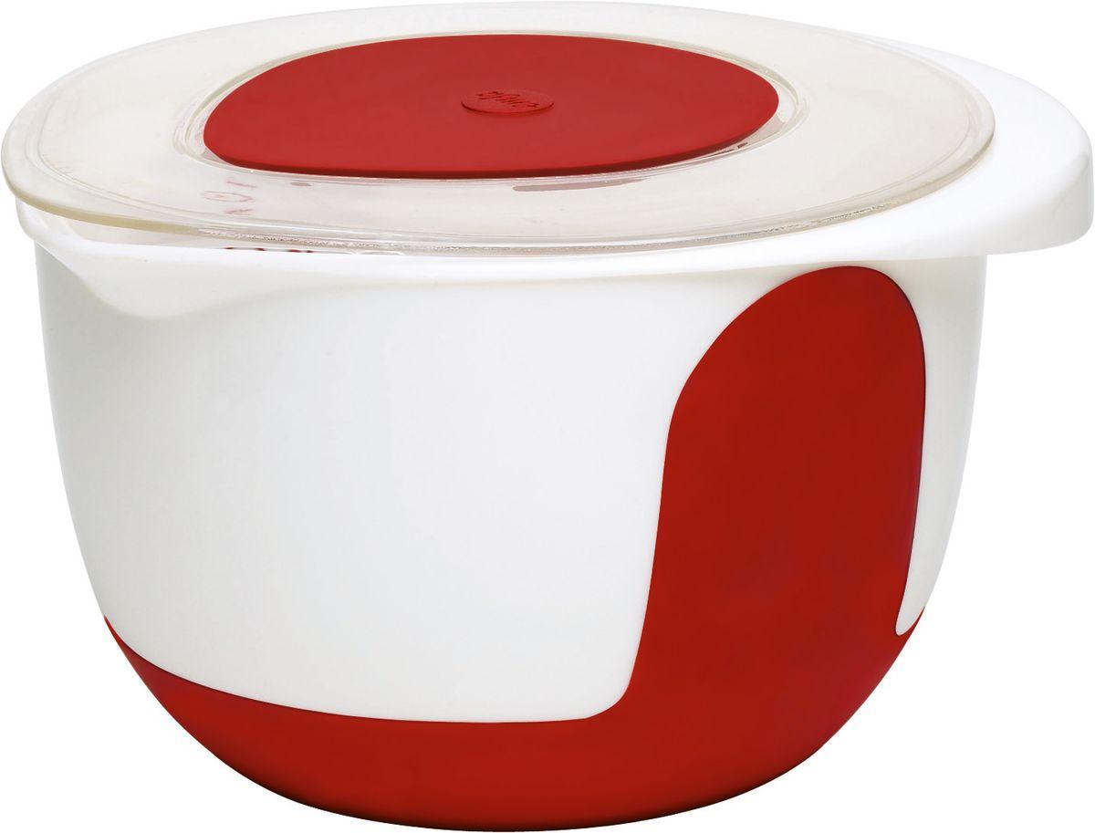 """Миска для смешивания Emsa """"Mix&Bake"""" изготовлена из высококачественного пищевого пластика. Изделие  предназначено для смешивания и взбивания теста. Внешняя поверхность имеет нескользящее силиконовое  покрытие, которое удерживает миску на одном месте и обеспечивает устойчивость даже при наклоне.  Миска снабжена удобным носиком и ручкой. Внутри имеется шкала литража. Изделие снабжено прозрачной  крышкой со съемной вставкой, которая позволяет взбивать ингредиенты миксером прямо в миске и ничего не  разбрызгать.  Такая миска станет полезным приобретением для всех любителей домашней выпечки.  Диаметр (по верхнему краю): 20,5 см.  Высота миски: 14 см."""