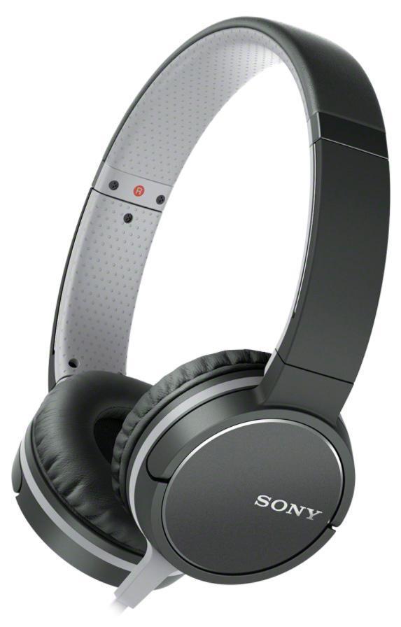 Sony MDR-ZX660AP, Black наушникиMDRZX660APB.EДинамические головки с неодимовым магнитом для четкого звука.Легкие динамические головки с неодимовым магнитом диаметром 40 мм обеспечивают мощное и ритмичное звучание даже самых сложных для воспроизведения композиций. Благодаря высокочувствительному диффузору вы сможете сделать музыку громче и по-прежнему наслаждаться чистым, ясным звучанием на всем диапазоне частот.Упругий бас благодаря управлению воспроизводимым звукомТехнология управления диапазоном воспроизводимых частот обеспечивает точное и глубокое воспроизведение басов, а это именно то, что нужно с учетом ориентированности современных музыкальных стилей на низкие частоты. Вентиляционные отверстия обеспечивают прохождение воздушного потока, создаваемого низкими частотами, оптимизируя эффективность работы диффузора для точного воспроизведения басов.Высокая чувствительность для громкого, чистого звучанияБлагодаря высокой чувствительности, равной 104 дБ/мВт, наушники с легкостью преобразуют электрические импульсы в звуковой сигнал. Это значит, что вы будете слышать более громкий звук на всем диапазоне частот (в сравнении с менее чувствительными наушниками) из того же источника на той же громкости.Меньше спутанных проводов, больше свободыПлоский односторонний кабель длиной 1,2 м устойчив к спутыванию и образованию узлов и обеспечивает дополнительный комфорт и свободу движений при использовании наушников.Встроенный микрофон и дистанционное управлениеВам больше не придется окрываться от дел, чтобы ответить на важный телефонный звонок. Благодаря встроенному микрофону и дистанционному управлению теперь можно совершать и отвечать на звонки со смартфона.