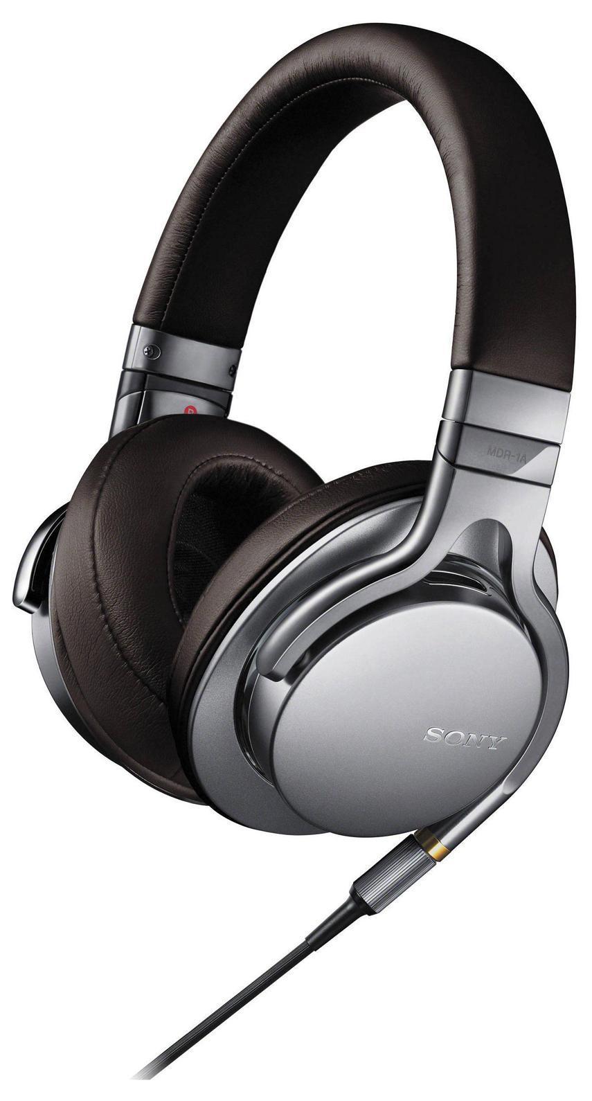 Sony MDR-1A, Silver наушникиMDR1AS.EУслышьте музыку такой, какой она была создана, благодаря форматамаудио высокой четкости Пусть ваша музыкальная коллекциязазвучит по-новому с поддержкой форматов аудио высокой четкости.За счетпреобразования аналогового сигнала в цифровой с более высокимбитрейтом по сравнению с компакт-дисками,(24 бит/192 кГц, вместотрадиционных 16 бит/44,1 кГц) форматы аудио высокого разрешенияпозволяют максимально приблизить звучание записи к оригинальномустудийному звуку.Оригинальное звучание благодаря динамическимголовкам HDМощные динамики HD диаметром 40 мм с большимивентиляционными отверстиями воспроизводят пульсирующий,энергичный бас дажев самых сложных музыкальных записях.Легкая и прочная диафрагмаиз ЖК-полимерной пленки с алюминиевым напылением характеризуетсяочень коротким временем отклика,что обеспечивает насыщенность иестественность вокальных партий и частот среднего диапазона.Сделайте громче и слушайте музыку в максимальной детализации на всемдиапазоне