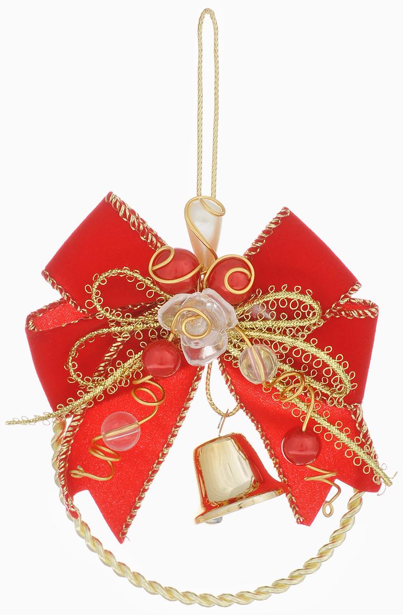 """Подвесное украшение Феникс-презент """"Золотой колокольчик"""", выполненное из металла,  пластика и полиэстера, прекрасно подойдет для праздничного декора вашей ели. Новогоднее  украшение декорировано бусинами,  колокольчиком и золотистой нитью. С помощью специальной петельки его можно  повесить в любом понравившемся вам месте. Но, конечно, удачнее всего такая игрушка  будет  смотреться на праздничной елке.    Елочная игрушка - символ Нового года и Рождества. Она несет в себе волшебство и красоту  праздника. Создайте в своем доме атмосферу веселья и радости, украшая новогоднюю елку  нарядными игрушками, которые будут из года в год накапливать теплоту воспоминаний."""