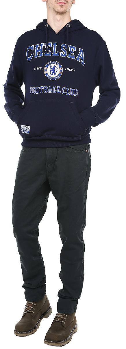 Толстовка мужская Chelsea, цвет: темно-синий. 08430. Размер XL (52)08430Стильная и уютная мужская толстовка Chelsea, изготовленная из хлопка с добавлением полиэстера, мягкая и приятная на ощупь, обладает хорошей гигроскопичностью и позволяет коже дышать. Модель с капюшоном и длинными рукавами не сковывает движений и обеспечивает наибольший комфорт. Толстовка дополнена одним накладным карманом-кенгуру спереди. Манжеты рукавов и низ толстовки оснащены эластичными резинками. Объем капюшона регулируется при помощи шнурка-кулиски. Толстовка оформлена крупной нашивкой в виде названия и логотипа футбольного клуба Chelsea. Толстовка является официальной лицензированной продукцией футбольного клуба Chelsea.Эта толстовка - настоящее воплощение комфорта, он послужит отличным дополнением к вашему гардеробу. В ней вы будете чувствовать себя уютно и уверенно.
