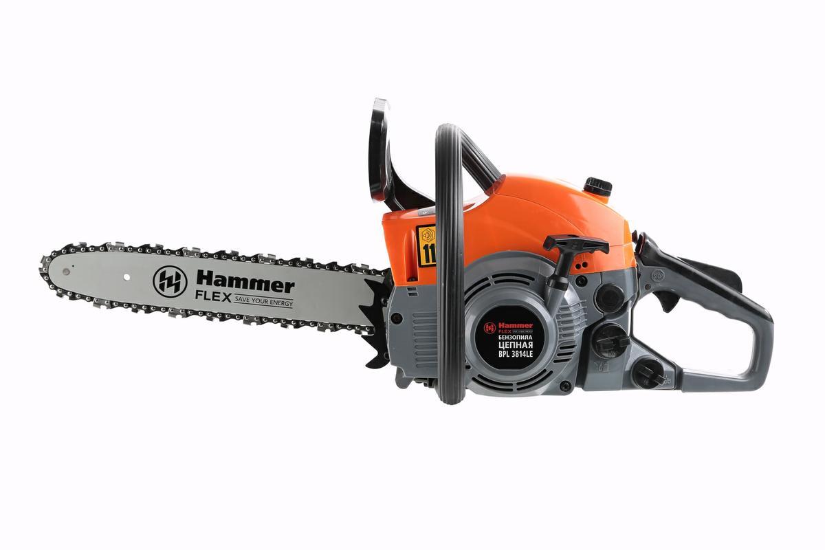 Бензопила Hammer Flex BPL3814 LE207308Бензопила Hammer Flex BPL3814 LE используется для небольшого объема работ, таких как заготовка дров, отпиливание мешающихся веток с деревьев на садовом участке и так далее. Бензопила бытового класса предназначена для непродолжительных работ, имеет небольшую мощность, что характеризует малые габариты. Рассчитана на режим работы в течение 2-3 часов день и не более 20 часов в месяц.Инструмент имеет высокую работоспособность благодаря мощности в 1500 Вт и мощному двигателю в 2 лошадиные силы. Цепь из 52 звеньев снабжена защитным кожухом. Емкость топливного бака позволяет долго работать пилой без дозаправки. Система антивибрации, натяжитель цепи и ее автоматическая смазка способствуют беспроблемной эксплуатации устройства. Конструктивные особенности: хромированный цилиндр двигателя; кованый коленвал; антивибрационная система; праймер (насос предварительной подачи топлива); легкий запуск; автоматическая смазка цепи. Дополнительные характеристики: Уровень шума: 108 дБ. Скорость вращения цепи: 13 м/сек. Емкость масляного бака: 210 мл. Толщина цепи: 1,3 мм. Тип свечи: Torch.