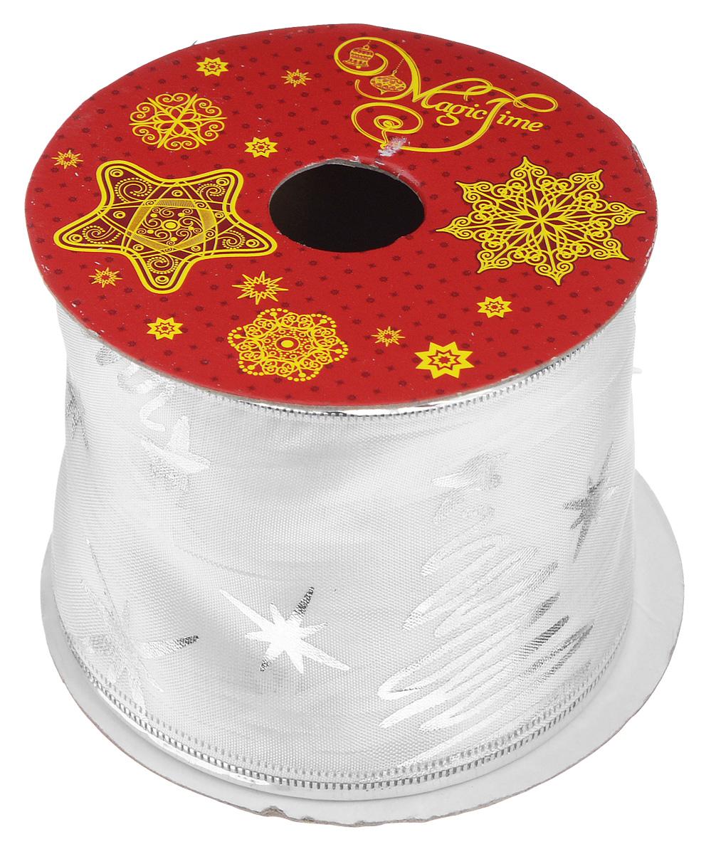 Декоративная лента Magic Time, цвет: белый, серебристый, длина 2,7 м. 3889438894Декоративная лента Magic Time выполнена из полиэстера и декорирована изображением звезд. В края ленты вставлена проволока, благодаря чему ее легко фиксировать. Лента предназначена для оформления подарочных коробок, пакетов. Кроме того, декоративная лента с успехом применяется для художественного оформления витрин, праздничного оформления помещений, изготовления искусственных цветов. Декоративная лента украсит интерьер вашего дома к праздникам.Ширина ленты: 6,3 см.