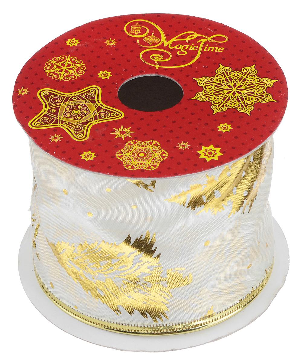 Декоративная лента Magic Time, цвет: молочный, золотистый, длина 2,7 м. 3889638896Декоративная лента Magic Time выполнена из полиэстера и декорирована изображением елок. В края ленты вставлена проволока, благодаря чему ее легко фиксировать. Лента предназначена для оформления подарочных коробок, пакетов. Кроме того, декоративная лента с успехом применяется для художественного оформления витрин, праздничного оформления помещений, изготовления искусственных цветов. Декоративная лента украсит интерьер вашего дома к праздникам.Ширина ленты: 6,3 см.