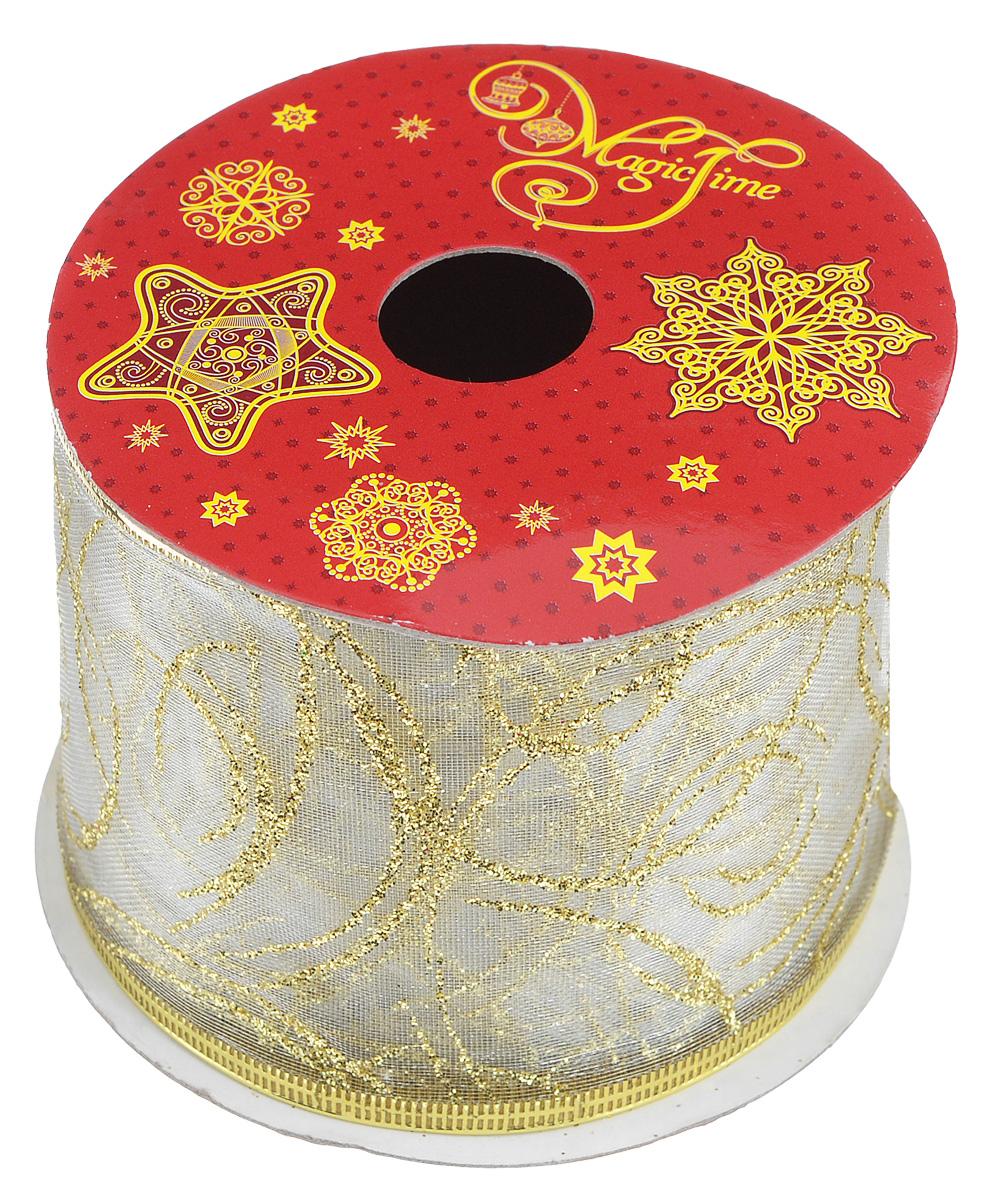 Декоративная лента Magic Time, цвет: молочный, золотистый, длина 2,7 м. 3889538895Декоративная лента Феникс-презент Magic Time выполнена из полиэстера и декорирована оригинальным узором. В края ленты вставлена проволока, благодаря чему ее легко фиксировать. Лента предназначена для оформления подарочных коробок, пакетов. Кроме того, декоративная лента с успехом применяется для художественного оформления витрин, праздничного оформления помещений, изготовления искусственных цветов. Декоративная лента украсит интерьер вашего дома к праздникам.Ширина ленты: 6,3 см.