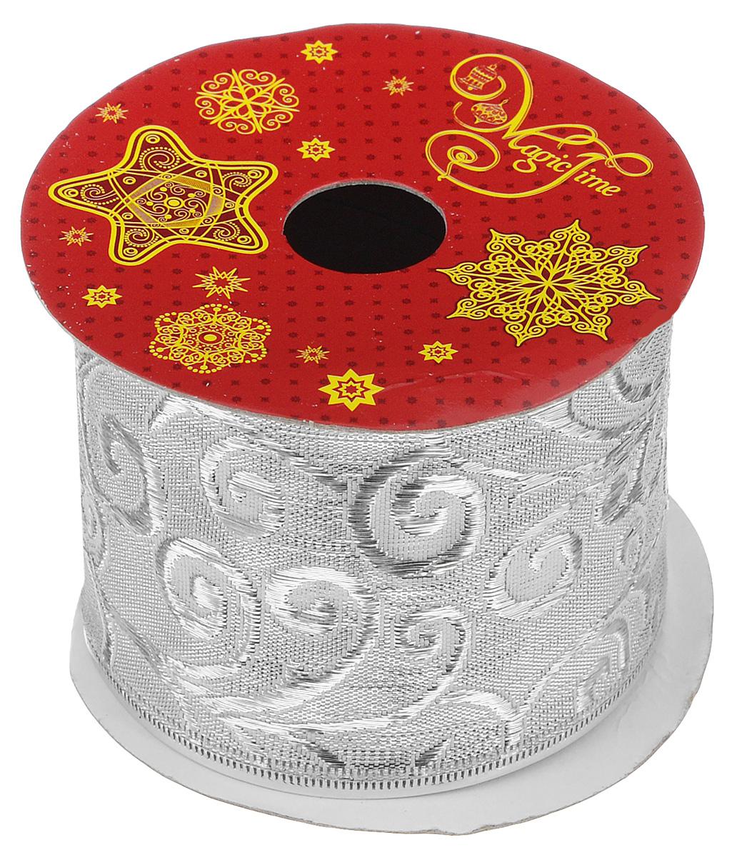 Декоративная лента Magic Time, цвет: серебристый, длина 2,7 м. 3890738907Декоративная лента Magic Time выполнена из полиэстера и декорирована оригинальным витым узором. В края ленты вставлена проволока, благодаря чему ее легко фиксировать. Лента предназначена для оформления подарочных коробок, пакетов. Кроме того, декоративная лента с успехом применяется для художественного оформления витрин, праздничного оформления помещений, изготовления искусственных цветов. Декоративная лента украсит интерьер вашего дома к праздникам.Ширина ленты: 6,3 см.