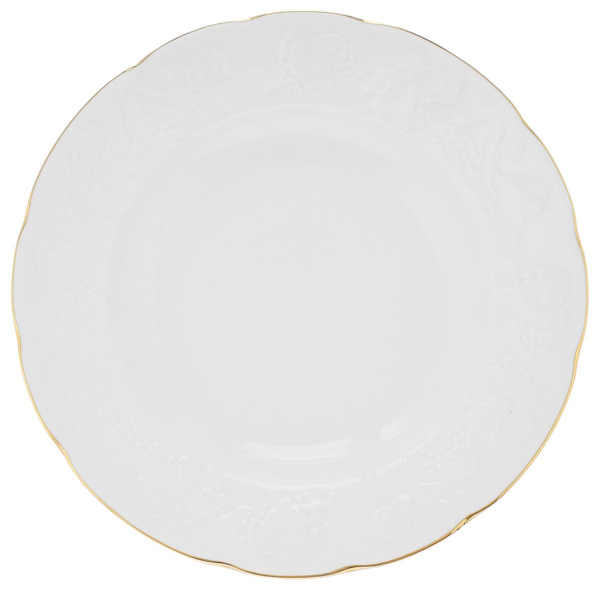 """Тарелка десертная La Rose Des Sables """"Vendanges"""", выполненная из высококачественного фарфора, декорирована рельефным изображением цветов. Изящный дизайн придется по вкусу и ценителям классики, и тем, кто предпочитает утонченность.  Тарелка десертная La Rose Des Sables """"Vendanges"""" идеально подойдет для сервировки стола и станет отличным подарком к любому празднику. Не рекомендуется использовать в микроволновой печи и мыть в посудомоечных машинах. Диаметр тарелки (по верхнему краю): 21 см. Высота стенки: 1,5 см."""