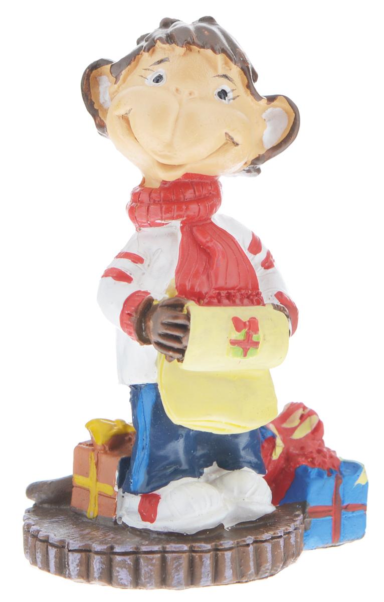 Фигурка декоративная Обезьянка с подарками, высота 8 см38222Новогодняя декоративная фигурка Обезьянка с подарками станет оригинальным подарком для всех любителей стильных вещей. Сувенир выполнен из высококачественной полирезины в виде обезьяны с подарками. Изысканный сувенир станет прекрасным дополнением к интерьеру. Вы можете поставить фигурку в любом месте, где она будет удачно смотреться и радовать глаз.