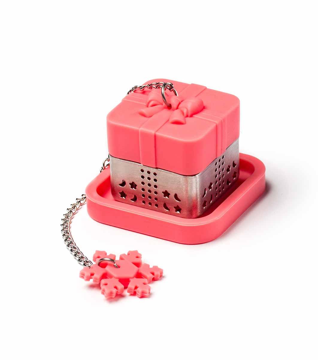 Ситечко для чая Apollo Snowflake, с подставкой, цвет: розовыйSWF-01Ситечко с подставкой Apollo Snowflakeпрекрасно подходитдля заваривания любого вида чая. Изделиевыполнено из пищевого силикона инержавеющей стали18/8 в виде подарка.Изделием очень легко пользоваться. Простонасыпьте заварку внутрь и погрузите на днокружки. Ситечко снабжено металлическойцепочкой с крючком на конце в виде снежинки. Забавная и приятная вещица для вашегодомашнего чаепития.Не рекомендуетсямыть в посудомоечной машине.Размер фигурки: 3,7 х 3,7 х 3,5 см.Размер подставки: 5 х 5 х 0,8 см. Длина цепочки: 11 см.