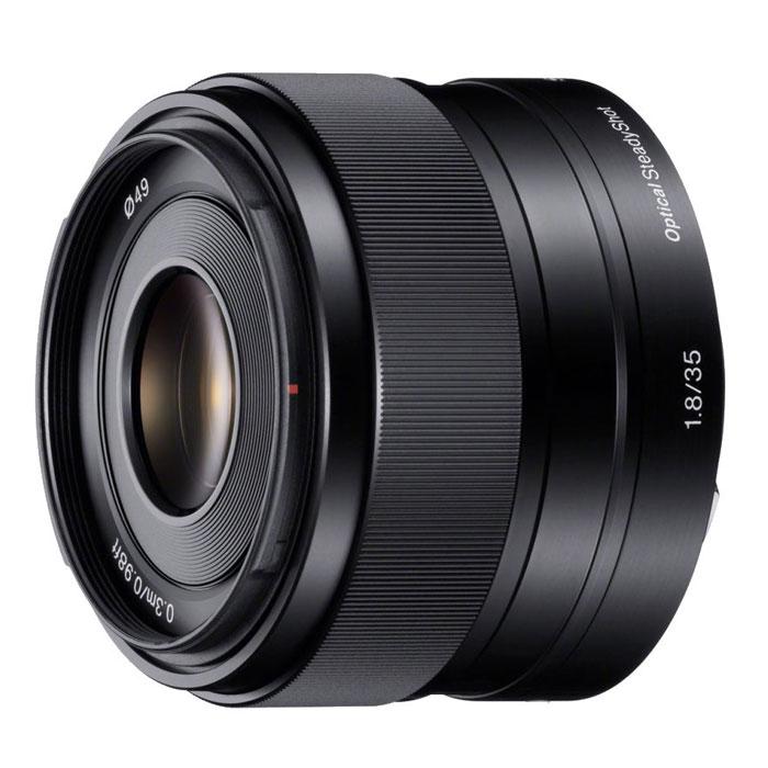 Sony 35mm F/1.8, Black объективSEL35F18.AEДискретный объектив Sony 35mm F/1.8 является идеальным вторым объективом и позволяет делать как вечерние снимки (благодаря высокой максимальной светосиле), так и портреты с дефокусировкой фона.В сочетании с камерами серии Alpha с байонетом E от Sony объективы APS-C с байонетом E обеспечивают высокое качество съемки. Стабилизатор изображения Optical SteadyShot, встроенный в объектив, позволяет создавать плавные, несмазанные фотографии и видеозаписи при съемке с рук.Вместо стандартной диафрагмы объектива в форме многоугольника, этот объектив имеет 7-лепестковую круглую диафрагму для более естественной, скругленной дефокусировки или эффекта боке.Асферические элементы объектива сводят искажения к минимуму, а линзы из стекла со сверхнизкой дисперсией повышают контрастность, разрешение и четкость цветов.Благодаря механизму внутренней фокусировки корпус объектива не движется, что делает конструкцию более компактной, отклик автофокуса - более быстрым, а также сокращает минимальную дистанцию фокусировки.
