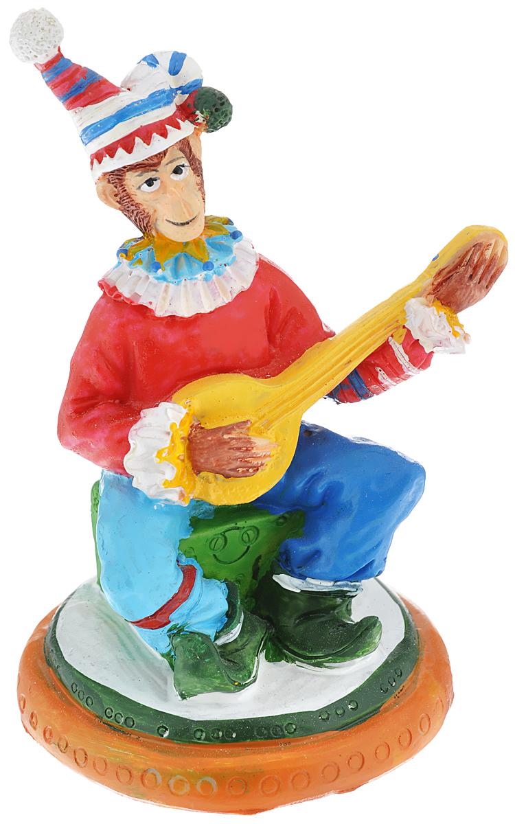 """Новогодняя декоративная фигурка """"Обезьяна-клоун с гитарой"""" прекрасно подойдет для праздничного декора вашего дома. Сувенир выполнен из высококачественного полирезина в форме клоуна с гитарой. Такая фигурка оформит интерьер вашего дома или офиса в преддверии Нового года. Оригинальный дизайн и красочное исполнение создадут праздничное настроение. Кроме того, это отличный вариант подарка для ваших близких и друзей."""