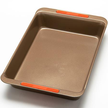 24275 Форма для выпечки 45х29см сил/руч LR (х12)24275Форма для выпечкиа прямоугольная Цвет: золотистый Размер: 44,9 х 29,6 x 7,5 смВес: 750 гТолщина стенок: 0,6 ммМатериал: углеродистая сталь, силиконПодходит для духовкиМожно мыть в посудомоечной машинеПокрытие: антипригарное покрытиеЭкологичность: продукт изготовлен из экологически чистых материаловФорма изготовлена из углеродистая сталь, легкая и удобная в использовании. Современное высокотехнологичное антипригарное покрытие обеспечивает беспрепятственное снятие выпечки с формы. Легко моется. Пища не пригорает и не прилипает к стенкам. Такая форма значительно экономит время по сравнению с аналогичными формами для выпечки. С формой для выпечки Mayer & Boch готовить любимые блюда станет еще проще. Подходит для использования в духовом шкафу. Не предназначена для СВЧ-печей.