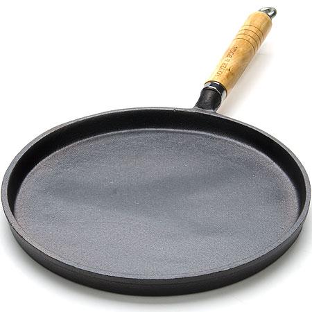 Литая чугунная сковорода-блинница с внешним эмалированным покрытием (со специальной термической обработкой)Диаметр: 23 см,высота 1,8 см.Ручка: Бук.Размер упаковки:24х24х3.5см