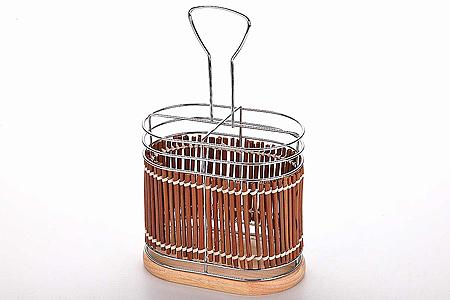 Подставка для столовых приборов, высота 14 см8635Подставка для столовых приборовимеет лаконичный дизайн и подойдет под абсолютно любой интерьер кухни.Подставка не займет слишком много места на вашей кухне. Ее назначение в том, чтобы экономить пространство и упрощать жизнь своим владельцам. Для удобства в ней есть 4 секции, которые позволяет хранить приборы в разных отсеках.Размер: 15 х 9,5 см. Высота: 14 см.