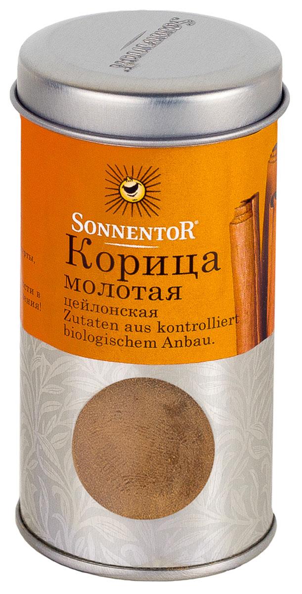 Sonnentor Корица молотая, цейлонская, 40 гN7734Теплый, древесно-сладкий аромат Sonnentor Корицы - это аромат детства: бабушкин яблочный рулет, компот из сухофруктов и запеченные яблоки с медом. Это аромат воскресного утра - горячих булочек и свежесваренного кофе, чью кислинку смягчает эта пряность. Это аромат приключений - аромат сладкого кус-куса и эфиопской смеси Бербере для рагу из баранины, в состав которых она непременно входит. Аромат корицы - это аромат воспоминаний. Цейлонская корица обладает нежным ароматом и менее жгучим вкусом, в котором нет резкости. В домашней кулинарии ее часто кладут во все блюда вместе с сахаром. Благодаря нежному аромату и вкусу цейлонская корица прекрасно сочетается с разными острыми и терпкими пряностями. Эту пряность чаще всего добавляют в различную выпечку, фруктовые салаты, фруктовые, овощные и молочные супы, в сладости, пловы, сладкие каши, десерты. Неплохо проявляет она себя в блюдах из свинины, баранины, домашней птицы. Корицу можно добавить в винные и фруктовые соусы, использовать при консервировании ягод, мариновании грибов и засолке овощей. Корица - незаменимая специя при приготовлении глинтвейна.Приправы для 7 видов блюд: от мяса до десерта. Статья OZON Гид