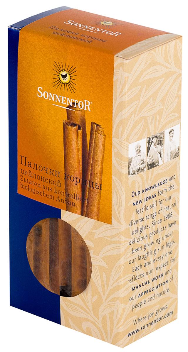 Sonnentor Палочки корицы, цейлонская, 18 гNT334Теплый, древесно-сладкий аромат Sonnentor Корицы - это аромат детства: бабушкин яблочный рулет, компот из сухофруктов и запеченные яблоки с медом. Это аромат воскресного утра - горячих булочек и свежесваренного кофе, чью кислинку смягчает эта пряность. Это аромат приключений - аромат сладкого кус-куса и эфиопской смеси Бербере для рагу из баранины, в состав которых она непременно входит. Аромат корицы - это аромат воспоминаний.Цейлонская корица обладает нежным ароматом и менее жгучим вкусом, в котором нет резкости. В домашней кулинарии ее часто кладут во все блюда вместе с сахаром. Благодаря нежному аромату и вкусу цейлонская корица прекрасно сочетается с разными острыми и терпкими пряностями. Эту пряность чаще всего добавляют в различную выпечку, фруктовые салаты, фруктовые, овощные и молочные супы, в сладости, пловы, сладкие каши, десерты. Неплохо проявляет она себя в блюдах из свинины, баранины, домашней птицы. Корицу можно добавить в винные и фруктовые соусы, использовать при консервировании ягод, мариновании грибов и засолке овощей. Палочки корицы - незаменимая специя при приготовлении глинтвейна.