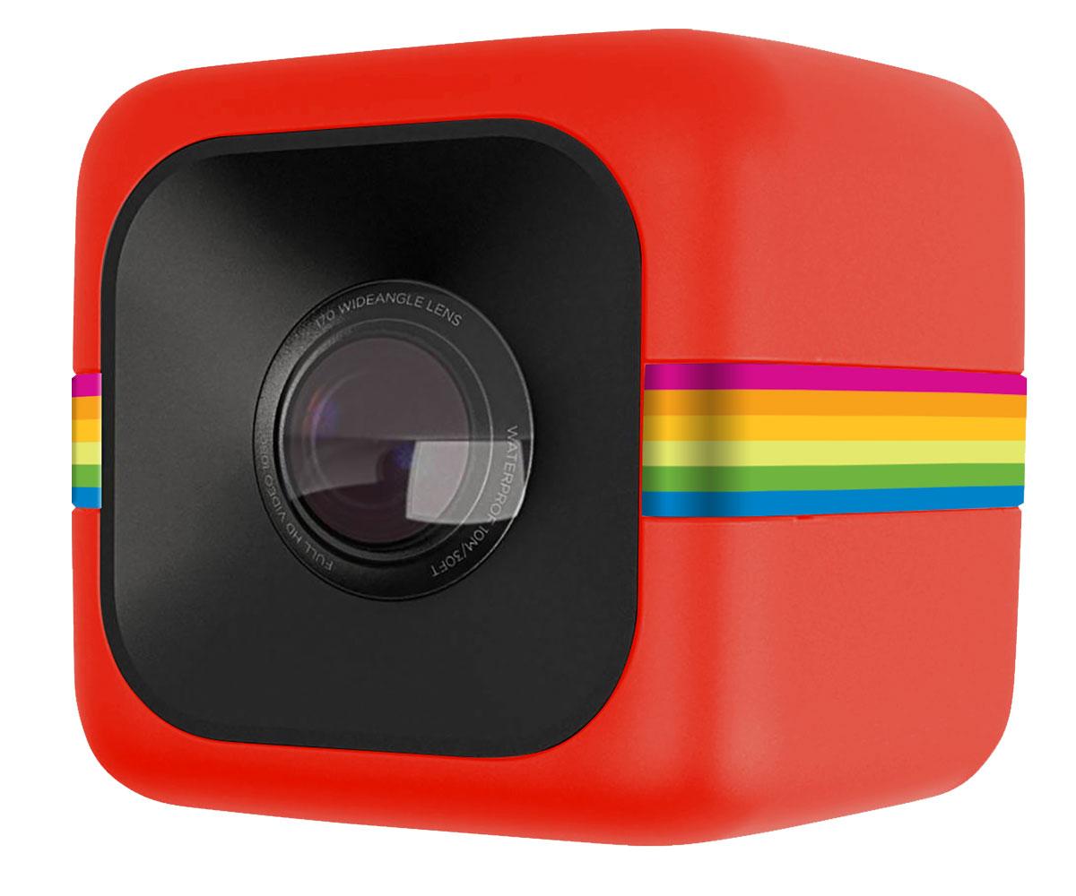 Polaroid Cube, Red экшн камераPOLC3RКамера Polaroid Cube в своем корпусе-кубе имеет широкоугольный объектив в 120 градусов, способна снимать Full HD видео с разрешением 1920 на 1080 пикселей. Кроме того, крохотный кубик с фирменной полароидной радугой снабжен 32 Мб встроенной памяти, которую можно увеличить еще на 32 Гб при помощи карт памяти microSD. Время работы аккумулятора в режиме записи видео до 1.5 часов.Камера может крепиться к любому железному предмету благодаря магнитному креплению, расположенному на нижней грани Polaroid Cube. Корпус камеры защищён от попадания воды, возможно погружение на глубину до 2 метров без специальной защиты. Для большей глубины и при использовании в экстремальных условиях рекомендуется использовать защитный корпус, который защищает камеру не только от попадания воды, но и от ударов и пыли.