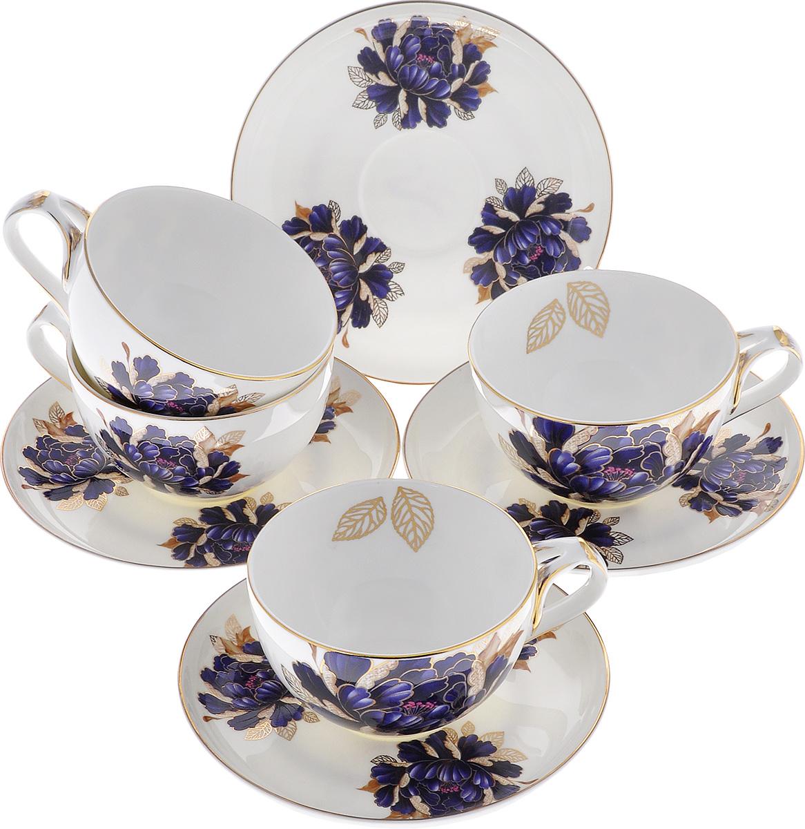 Набор чайный Lillo Синий пион, 8 предметов216144Чайный набор Lillo Синий пион состоит из 4 чашек и 4 блюдец, выполненных из высококачественного фарфора. Изделия украшены изображением синего пиона и золотистой эмалью. Набор имеет изысканную форму и потрясающий утонченный дизайн. Идеально подойдет для домашнего праздничного чаепития. Набор упакован в подарочную коробку, задрапированную белой атласной тканью. Красивое оформление сделает такой набор идеальным подарком к любому случаю. Объем чашки: 250 мл. Диаметр чашки (по верхнему краю): 9 см. Высота чашки: 5,5 см. Диаметр блюдца: 14 см.