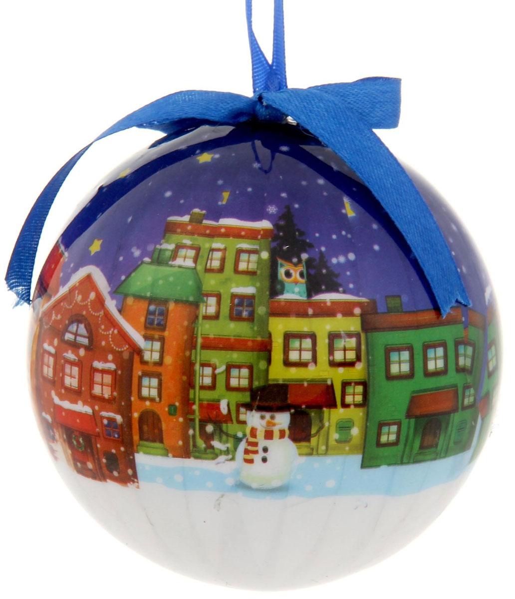 Новогоднее подвесное украшение Sima-land Домики, диаметр 10 см1099613Новогоднее подвесное украшение Sima-land Домики, выполненное из пенопласта и ПВХ, оформлено изображением города в Новогоднюю ночь. С помощью специальной текстильной петельки украшение можно повесить в любом понравившемся вам месте. Но, конечно, удачнее всего оно будет смотреться на праздничной елке.Елочная игрушка - символ Нового года. Она несет в себе волшебство и красоту праздника. Создайте в своем доме атмосферу веселья и радости, украшая новогоднюю елку нарядными игрушками, которые будут из года в год накапливать теплоту воспоминаний.