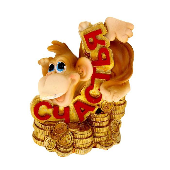 """Копилка Sima-land """"Веселая обезьянка с монетами. Счастья"""" - отличный сувенир вашим друзьям и близким. Изделие выполнено из полистоуна в виде веселой обезьянки на монетах. С задней стороны имеется прорезь для монет. На дне расположен резиновый клапан, который позволяет легко доставать монетки.  В год Обезьяны такой символ будет как раз актуален, стоит расположить его на самой видной полочке, чтобы он привлекал внимание.  Копилка - отличный подарок, подчеркивающий яркую индивидуальность того, кому он предназначается. Некоторые вещи мы вряд ли когда-то купим себе сами. Но, будучи подаренными друзьями или родными, они доставляют нам массу удовольствия."""