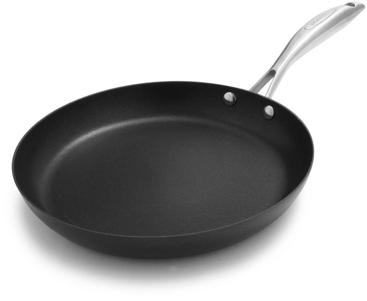 """Сковорода Scanpan """"Pro IQ"""" изготовлена из 100% перерабатываемого алюминия, отлитого под давлением. Не содержит и не выделяет при нагревании PFOA. Специальное антипригарное титано-керамическое покрытие обеспечивает дополнительную прочность и исключительную износостойкость. Изделие имеет толстое дно для равномерного нагрева всей поверхности. При приготовлении можно использовать металлические аксессуары. Основа для индукции гарантирует оптимальное тепловое распределение и быстрое приготовление блюд. Рукоятка выполнена из нержавеющей стали, она не нагреваются длительное время и выдерживает температуру до 260°С. Подходит для всех типов плит, включая индукционные. Можно мыть в посудомоечной машине. Выдерживает нагрев в духовке. Диаметр (по верхнему краю): 26 см."""