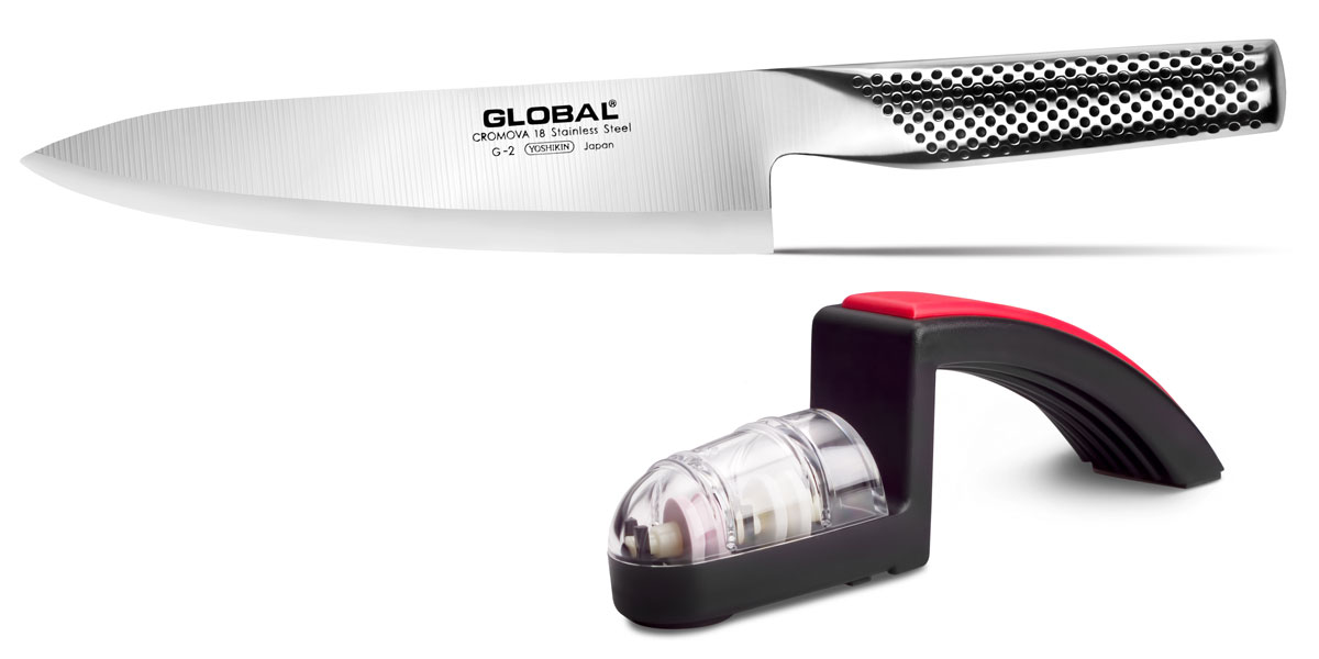 """В набор входят следующие предметы:  Нож кухонный """"Global"""", длина лезвия 20 см (артикул: G-2); Точила для ножей Global """"MinoSharp"""", цвет: красный (артикул: G-220/BR).  Бренд """"Global"""" - выбор многих поваров со всего мира.  Отличительной чертой японских ножей """"Global"""" являются их рукоятки и уникальная бесшовная конструкция. Рукоятки и лезвия изготовлены из одного, цельного полотна нержавеющей стали, что делает конструкцию максимально гигиеничной и прочной. На поверхности ножей не скапливаются загразнения и их очень легко мыть.  Лезвие изготовлено из специального материала Cromova 18 Sanso, который состоит из трех слоев нержавеющей стали. Центральный слой режущей поверхности сделан из нержавеющей стали Cromova 18 (хром, молибден, ванадий) с твердостью по шкале Роквелла 58-59 единиц и заточен к острому краю, что дает удивительные результаты при резке. Этот слой заключен между двумя боковыми слоями более мягкой нержавеющей стали SUS 410, что помогает защитить лезвие от скалывания и коррозии.  Еще одной важной отличительной характеристикой этого ножа является его идеальная балансировка. Полая ручка ножа заполнена песком, количество которого точно рассчитано, чтобы обеспечить оптимальное соотношение веса лезвия и рукоятки.    Не рекомендуется использование в посудомоечной машине."""