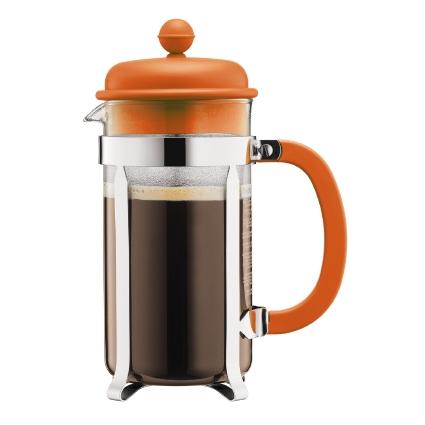 Кофейник Bodum Caffettiera, с прессом, цвет: оранжевый, 1 лA1918-116-Y15Кофейник Bodum Caffettiera представляет собой колбу из термостойкого стекла в оправе из полированной нержавеющей стали. Кофейник оснащен фильтром french press из нержавеющей стали, который позволяет легко и просто приготовить отличный напиток. Ручка и крышка кофейника выполнены из прочного пластика. Благодаря такому кофейнику приготовление вкуснейшего ароматного и крепкого кофе займет всего пару минут. Настоящим ценителям натурального кофе широко известны основные и наиболее часто применяемые способы его приготовления: эспрессо, по-турецки, гейзерный. Однако существует принципиально иной способ, известный как french press, благодаря которому приготовление ароматного напитка стало гораздо проще. Весь процесс приготовления кофе займет не более 7 минут.