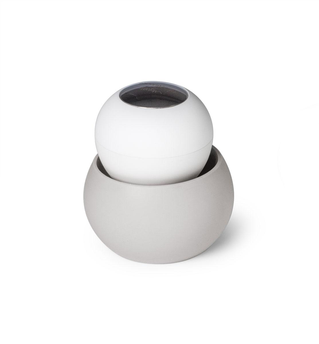 Щетка для мытья посуды SiliconeZone, цвет: серый, белый, 9 х 9,5 смSZ11-KS-11664-ABЩетка SiliconeZone проста в использовании, ее ручка не скользит и легко помещается в руках, а мягкая нейлоновая щетина эффективно чистит. Нержавеющая сталь на крышке позволяет нейтрализовать любые запахи, которые руки могут приобретать во время чистки посуды. Силиконовая подставка предназначена для сбора лишней воды, чтобы держать столешницу в чистоте все время.