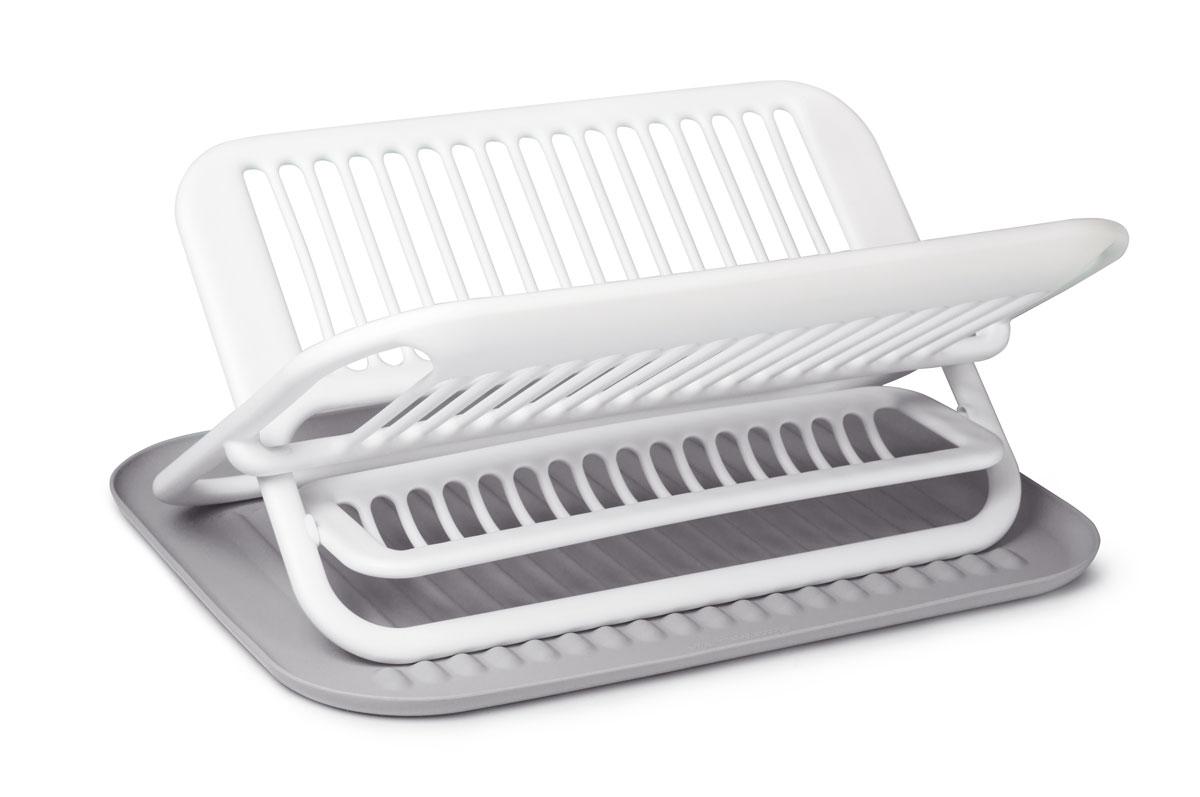 Стильная и функциональная сушилка для посуды изготовлена из пищевого пластика и силикона. Столовые приборы могут быть помещены в специальную нишу. Силиконовый коврик предназначен для стекающей воды с посуды. При необходимости сушилку легко сложить.  Размер сушилки: 35,5 х 46,9 х 22 см.   Размер коврика: 47,5 х 35,5 х 1,7 см