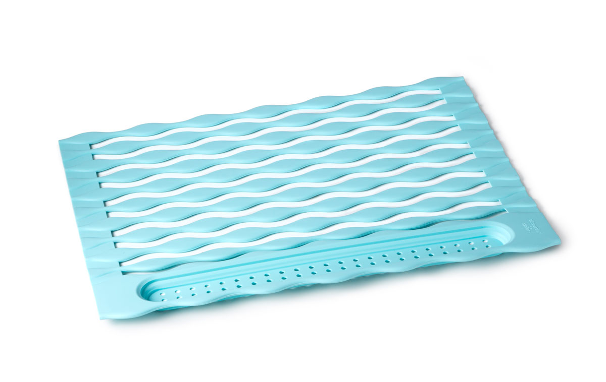 """Подставка """"SiliconeZone"""" - силиконовый сворачиваемый коврик, который предназначен для сушки  посуды, он легко разворачивается, и устанавливается над раковиной. На его волнистую  поверхность вы сможете разместить вымытую посуду, бокалы, столовые приборы, которые легко  помещаются в карман в конце рулона. При этом вода беспрепятственно сливается."""