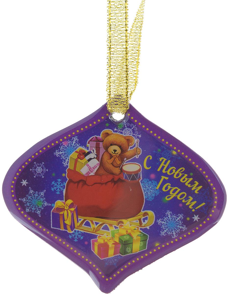 """Магнит Феникс-презент """"Мишка в мешке"""", изготовленный из агломерированного феррита,  оформлен красочным изображением и надписью """"С Новым годом!"""". Благодаря специальной  текстильной петельке изделие можно прикрепить не только на магнитную поверхность, но и  подвесить в любом понравившемся вам месте.   Такой магнит пополнит коллекцию уже существующих сувениров или станет  началом новой коллекции. Он надолго сохранит память о замечательном дне и о  том, кто вручил подарок. Материал: агломерированный феррит, текстиль."""