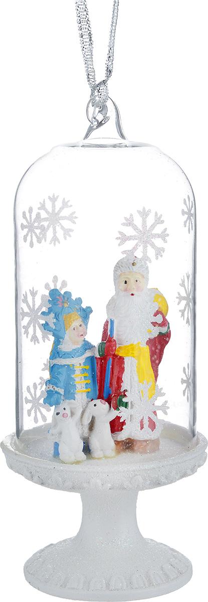 Новогоднее подвесное украшение Феникс-презент Дед Мороз и Снегурочка39169Новогоднее украшение Феникс-презент Дед Мороз и Снегурочка отлично подойдет для декорации вашего дома и праздничной ели. Изделие выполнено из стекла в виде купола, декорированного фигурками Деда Мороза, Снегурочки и зайцев из полирезина, и оснащено текстильной петелькой для подвешивания. Елочная игрушка - символ Нового года. Она несет в себе волшебство и красоту праздника. Создайте в своем доме атмосферу веселья и радости, украшая всей семьей новогоднюю елку нарядными игрушками, которые будут из года в год накапливать теплоту воспоминаний.