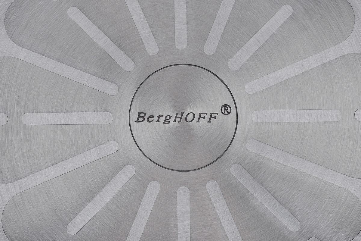 """Сковорода-гриль BergHOFF """"Geminis"""" выполнена из литого алюминия, который имеет эффект  чугунной посуды. Внутреннее покрытие - экологически безопасное антипригарное Ferno Green.  Подходит для приготовления полезных блюд, сохраняет витамины и минералы.  Ручка выполнена из бакелита с покрытием Soft-touch, которая имеет комфортную эргономичную  форму и не нагревается в процессе эксплуатации. Ручка съемная, что позволяет использовать ее  для приготовления пищи в духовке. Так же это удобно для хранения. У сковороды-гриль  рифленое дно, позволяющее маслу или жиру равномерно распределяться по всей поверхности.  Изделие легко моется с помощью бумажного полотенца или влажной тряпочки.  Подходит для всех типов плит, включая индукционные.  Не рекомендуется мыть в посудомоечной машине.  Размер сковороды (по верхнему краю): 24 см х 24 см.  Длина ручки: 22 см. Высота стенки: 6 см.  Толщина стенки: 3 мм.  Толщина дна: 5 мм."""