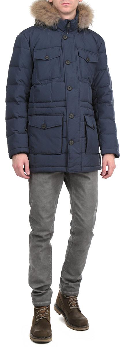 Куртка мужская Finn Flare, цвет: темно-синий. W15-21008. Размер S (46)W15-21008Стильная и удлиненная куртка Finn Flare подчеркнет креативность вашего вкуса. Модель прямого кроя с отстегивающимся капюшоном застегивается на застежку-молнию и дополнительно ветрозащитным клапаном на кнопки и пуговицы. Капюшон дополнен съемной опушкой из натурального меха енота. Утеплитель - пух и перо. Рукава оформлены эластичными, трикотажными манжетами. Куртка дополнена четырьмя боковыми карманами, два из которых с клапанами на пуговицах. Также есть два нагрудных кармана с клапанами на пуговицах. Внутри куртка дополнена двумя потайными карманами, один с клапаном на пуговице, другой на застежке-молнии. Внутри модель на талии дополнена эластичной, затягивающейся кулиской. Эта модная куртка послужит отличным дополнением к вашему гардеробу.