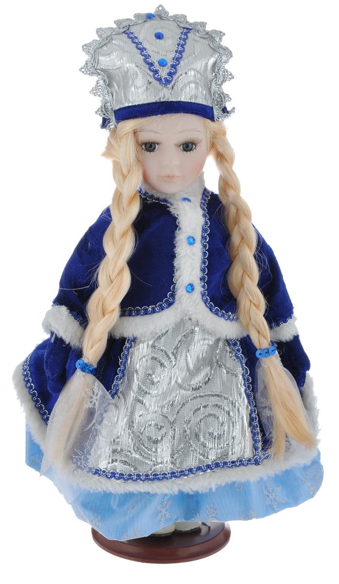 Новогодняя декоративная фигурка Феникс-презент Снегурочка, на подставке, высота 30 см39078Великолепная кукла Феникс-презент Снегурочка, выполненная из высококачественной керамики, займет достойное место в вашей коллекции. Туловище куклы мягконабивное. Лицо с трогательным взглядом обрамлено пышными ресницами, а светлые волосы заплетены в длинные косы. Кукла максимально приближена к живому прототипу - юной леди с румянцем на щеках. Снегурочка наряжена в бархатистое синие платьице, декорированное тесьмой, изящными узорами и блестками. На плечах - шубка с отделкой из белого искусственного меха и страз. Кукла одета в белые панталоны. На ногах - бежевые башмачки из искусственной кожи. На голове - кокошник, декорированный стразами и тесьмой. Кукла установлена на подставку, благодаря которой вы можете поместить ее в любом понравившемся вам месте. Такая фигурка станет чудесным подарком на Новый год.