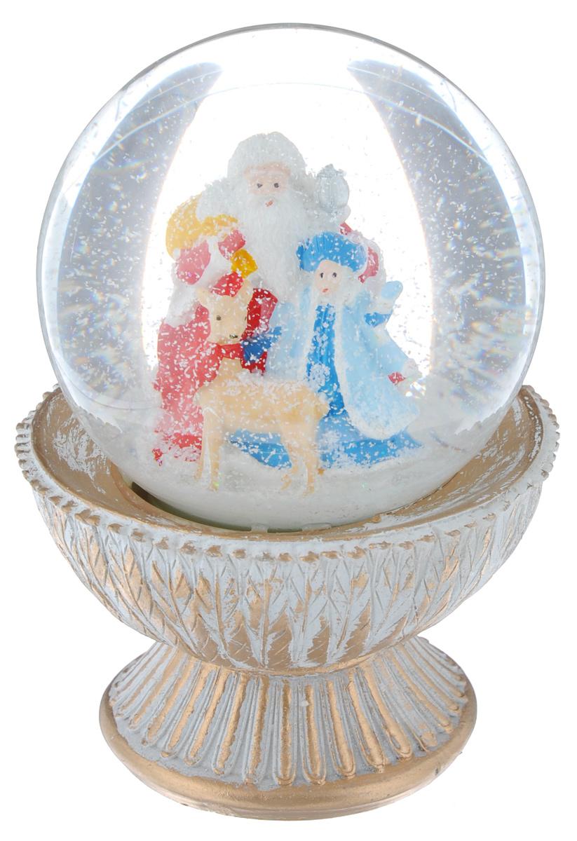 Новогодний водяной шар Феникс-презент Снегурочка и олень, диаметр 8 см38363Новогодний водяной шар Феникс-презент Снегурочка и олень прекрасно подойдет для праздничного декора вашего дома. Изделие представляет собой прозрачную сферу с безопасной и нетоксичной жидкостью внутри. Шар помещен на подставку, выполненную из полирезина. Шар оформлен фигурками Деда Мороза, Снегурочки и оленя. Если потрясти его, то маленькие снежинки и блестки придут в движение, создавая имитацию снегопада. Такой шар поможет вам украсить дом в преддверии Нового года, а также станет приятным подарком, который надолго сохранит память этого волшебного времени года.