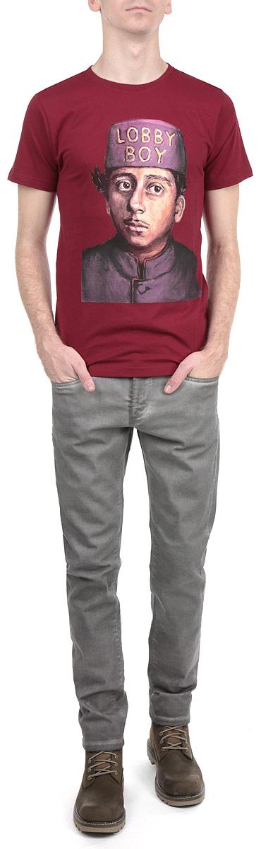 Футболка мужская Dedicated Lobby Boy, цвет: бордовый. 14125. Размер M (48)14125Симпатичная мужская футболка Dedicated Lobby Boy станет модным дополнением к вашему гардеробу. Модель изготовлена из высококачественного материала, благодаря чему великолепно пропускает воздух и обладает высокой гигроскопичностью. Футболка прямого кроя, с короткими рукавами и круглым вырезом горловины оформлена оригинальным принтом.Такая футболка будет отлично смотреться на вас.