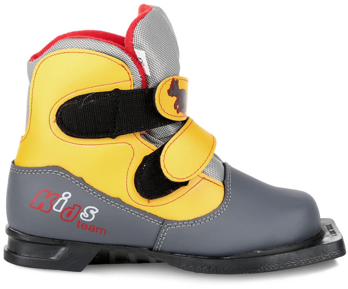 Ботинки лыжные детские Marax, цвет: серый, желтый. NN75. Размер 35NN75 KidsЛыжные детские ботинки Marax предназначены для активного отдыха. Модель изготовлена из морозостойкой искусственной кожи и текстиля. Подкладка выполнена из искусственного меха и флиса, благодаря чему ваши ноги всегда будут в тепле. Шерстяная стелька комфортна при беге. Вставка на заднике обеспечивает дополнительную жесткость, позволяя дольше сохранять первоначальную форму ботинка и предотвращать натирание стопы. Ботинки снабжены удобными застежками-липучками, которые надежно фиксируют модель на ноге и регулируют объем, а также язычком-клапаном, который защищает от попадания снега и влаги. Подошва системы 75 мм из двухкомпонентной резины, является надежной и весьма простой системой крепежа и позволяет безбоязненно использовать ботинок до -30°С. В таких лыжных ботинках вам будет комфортно и уютно.