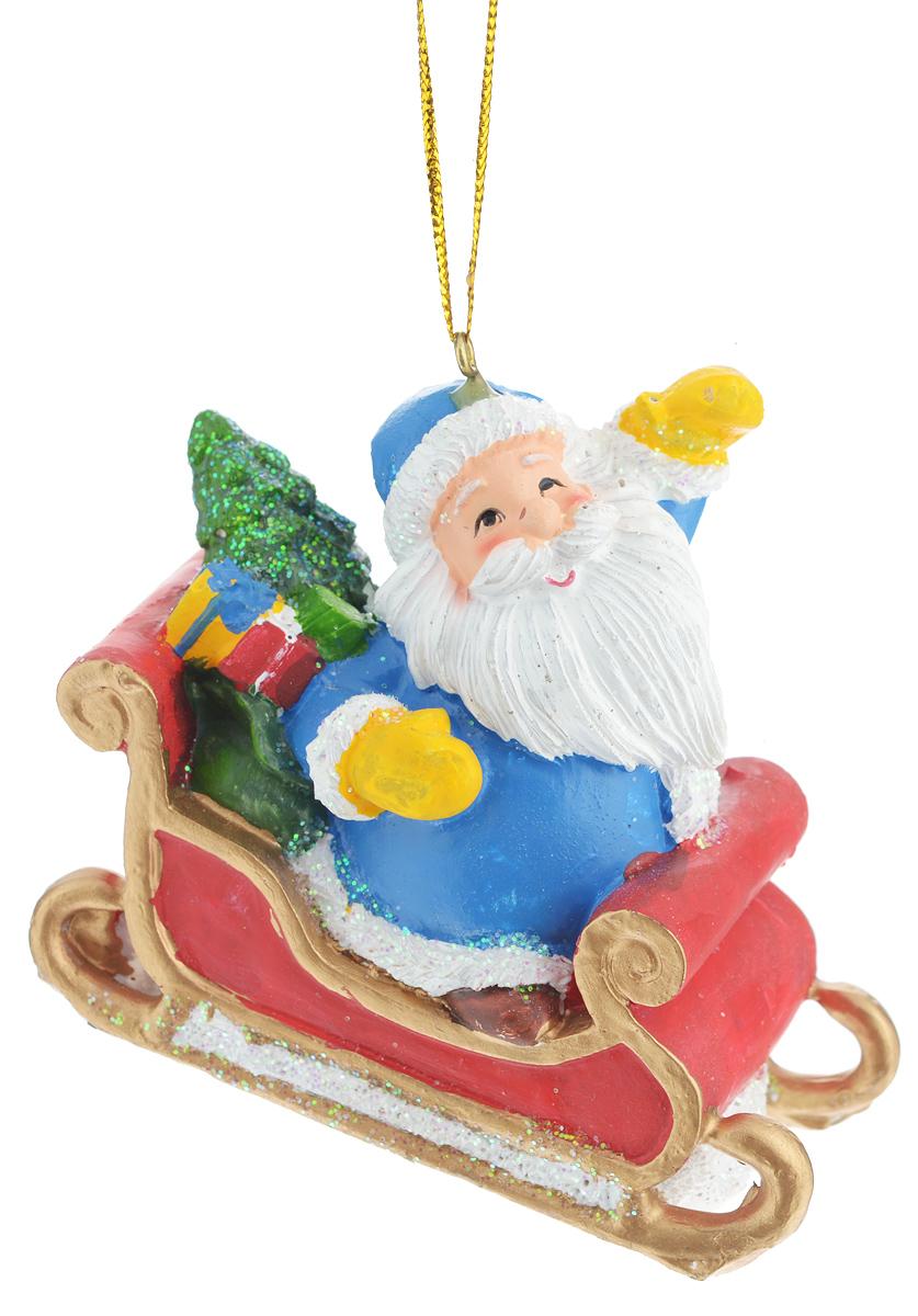 Новогоднее подвесное украшение Феникс-презент Дед Мороз в санях38323Новогоднее украшение Феникс-презент Дед Мороз в санях, изготовленное из высококачественного полирезина, прекрасно подойдет для праздничного декора дома и новогодней ели. С помощью специальной текстильной петельки его можно повесить в любом понравившемся вам месте. Елочная игрушка - символ Нового года. Она несет в себе волшебство и красоту праздника. Создайте в своем доме атмосферу веселья и радости, украшая новогоднюю елку нарядными игрушками, которые будут из года в год накапливать теплоту воспоминаний.