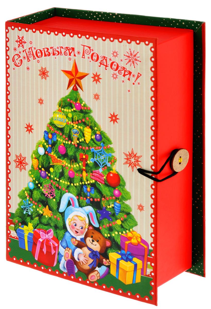 Подарочная коробка Феникс-Презент Елочка, 18 х 12 х 5 см39259Подарочная коробка Феникс-Презент Елочка выполнена из плотного картона. Крышка оформлена ярким изображением новогодней елки с подарками. Коробка закрывается на пуговицу. Подарочная коробка - это наилучшее решение, если вы хотите порадовать ваших близких и создать праздничное настроение, ведь подарок, преподнесенный в оригинальной упаковке, всегда будет самым эффектным и запоминающимся. Окружите близких людей вниманием и заботой, вручив презент в нарядном, праздничном оформлении.