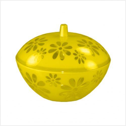 Чаша Альтернатива Соблазн, с крышкой, цвет: желтый, 1,7 лМ2324Чаша Альтернатива Соблазн изготовлена из высококачественного пластика иоснащена крышкой. Изделие подходит для повседневного использования. Внешниестенки чаши и крышка декорированы изображением цветов. Чаша отличноподойдет длясервировки стола. Также в ней можно подавать салаты и многие другие блюда.Приятный дизайн изделияподойдет практически для любого случая.Диаметр чаши (по верхнему краю): 20,5 см.Диаметр основания: 10 см.Высота (без учета крышки): 8,5 см.Объем: 1,7 л.