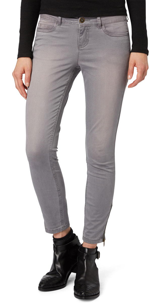 Брюки женские Tom Tailor Denim, цвет: серый. 6403670.00.71_2689. Размер 27-30 (42/44-30)6403670.00.71_2689Стильные женские брюки Tom Tailor - это джинсы высочайшего качества, которые прекрасно сидят. Они выполнены из высококачественного эластичного хлопка, что обеспечивает комфорт и удобство при носке. Брюки скинни заниженной посадки станут отличным дополнением к вашему современному образу. Брюки застегиваются на пуговицу в поясе и ширинку на застежке-молнии, имеются шлевки для ремня. Брюки имеют классический пятикарманный крой: спереди модель оформлены двумя втачными карманами и одним маленьким накладным кармашком, а сзади - двумя накладными карманами. Брюки дополнены застежками-молниями на штанинах снизу.Эти модные и в тоже время комфортные брюки послужат отличным дополнением к вашему гардеробу.