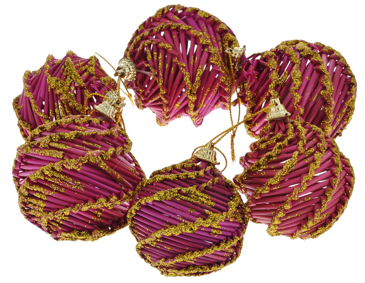 Набор новогодних подвесных украшений Феникс-Презент Magic Time, цвет: розовый, золотистый30831Оригинальный новогодний набор Magic Time прекрасно подойдет для декора праздничной елки. Набор состоит из 6 подвесных украшений, выполненных из натуральной соломы в виде плетеных шаров. Изделия окрашены розовой краской, покрыты лаком и оформлены блестками. С помощью специальных петелек украшения можно повесить в любом понравившемся вам месте. Но, конечно, удачнее всего такие игрушки будут смотреться на праздничной елке. Елочная игрушка - символ Нового года. Она несет в себе волшебство и красоту праздника. Создайте в своем доме атмосферу веселья и радости, украшая новогоднюю елку нарядными игрушками, которые будут из года в год накапливать теплоту воспоминаний. Коллекция декоративных украшений из серии Magic Time принесет в ваш дом ни с чем не сравнимое ощущение волшебства!Диаметр шаров: 6 см, 6,5 см, 7,5 см.