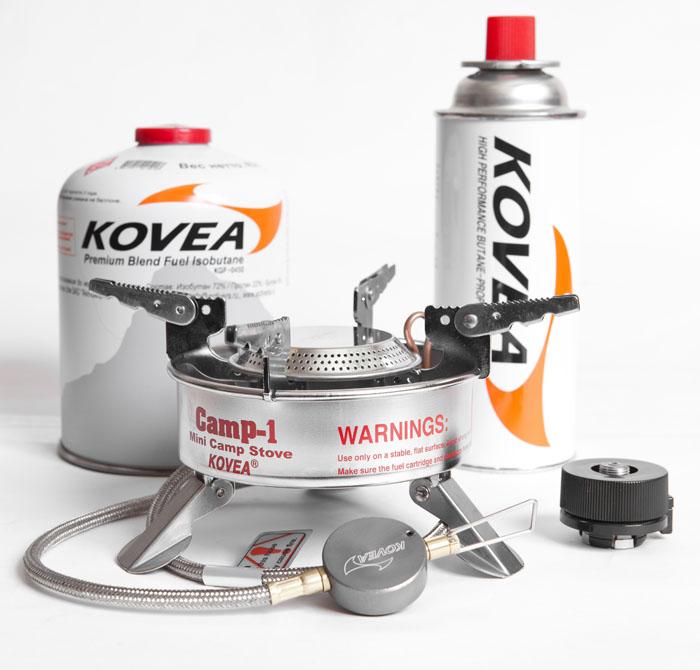 Горелка газовая Kovea Expedition Stove Camp-1 TKB-9703-1L, со шлангом20-5-058Газовая горелка Kovea Expedition Stove Camp-1 TKB-N9703-1L - это горелка со шлангом и пьезоподжигом, с улучшенными характеристиками, для работы при низких температурах.В ней очень эффективно реализована система предварительного подогрева газа (Anti-Flare System), а также имеется теплоотражающий экран, благодаря чему горелка очень хорошо работает на холоде. Для длинных зимних экспедиций с линейным маршрутом это самый удачный вариант. Давно зарекомендовавшая себя с лучшей стороны горелка Expedition Stove (в простонародье консерва) служит своим покупателям верой и правдой. Она работает от резьбовых газовых баллонов KGF-0230 и KGF-0450. Также возможно подключение к цанговому баллону KGF-0220 при помощи переходника KA-9504, который поставляется в комплекте. Газовые баллоны приобретаются отдельно. Длинный шланг позволяет при критически низких температурах, когда газ в баллоне начинает замерзать, держать его в тепле, например, в спальнике или на крышке кастрюли. Комплектация: газовая горелка, пластиковый кофр, переходник (адаптер КА-9504 для подключения к цанговому баллону), инструкция по эксплуатации. Мощность: 1,92 кВт. Вес: 451 г. Топливо: газ. Расход топлива: 140 г/ч. Размер (в походном положении): 140 мм x 90 мм x 145 мм.Диаметр конфорки: 19 см. Длина шланга: 50 см.