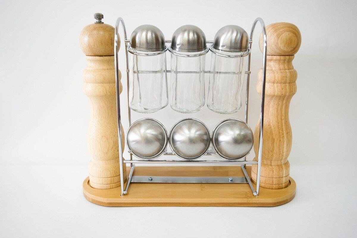 Набор для специй Bravo, 9 предметов365Набор для специй Bravo состоит из 6 стеклянных емкостей для специй, солонки, мельницы и подставки. Солонка и мельница выполнены из гевеи. Подставка, изготовленная из бамбука и высококачественного металла, красиво и гармонично смотрится на кухне, при этом экономит пространство. Баночки для специй имеют надежно завинчивающиеся крышки и перфорированные накладки, позволяющие удобно приправлять блюда специями, не опасаясь рассыпать их. Механизм для измельчения у мельницы выполнен из металла и керамики, что обеспечит хорошее качество помола, а также долговечность в использовании. Эксклюзивный дизайн, эстетичность и функциональность набора позволит ему занять достойное место среди кухонного инвентаря, а сервировка праздничного стола с таким набором станет великолепным украшением любого торжества.Размер емкости для специй (с учетом крышки): 4 см х 4 см х 10,5 см. Размер мельницы: 4,5 см х 4,5 см х 21,5 см. Размер солонки: 4,5 см х 4,5 см х 20 см. Размер подставки: 28 см х 9,5 см х 22 см.