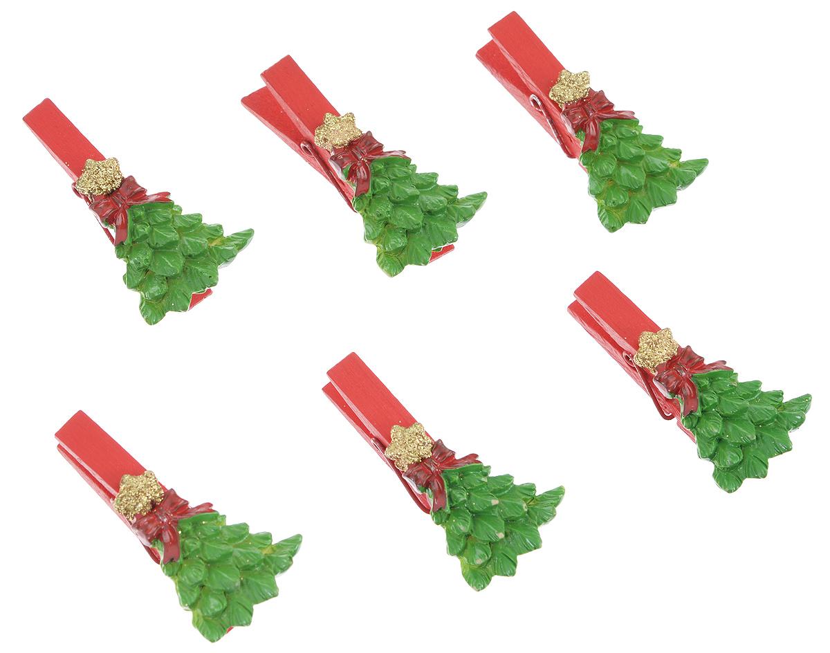 Набор декоративных прищепок Феникс-Презент Елочки со звездой, 6 шт34370Набор Феникс-Презент Елочки со звездой состоит из 6 декоративных прищепок, выполненных из дерева. Прищепки оформлены декоративными фигурками из полирезины. Изделия используются для развешивания стикеров на веревке, маленьких игрушек, а оригинальность и веселые цвета прищепок будут радовать глаз и поднимут настроение.Размер прищепки: 4,5 см х 1,5 см х 2,5 см.