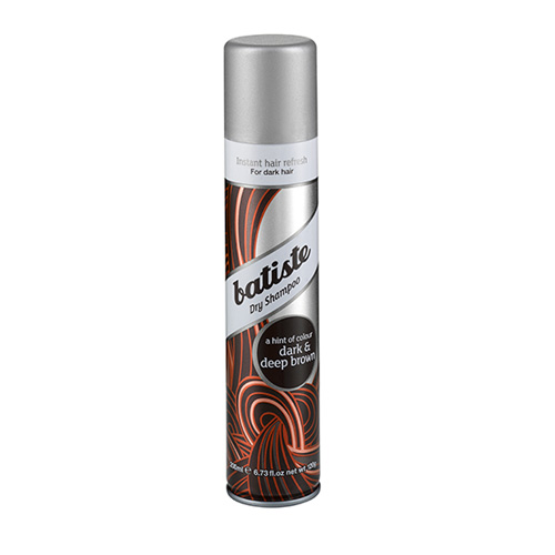 Batiste DIVINE DARK Сухой шампунь 200 мл503291сухой шампунь, разработанный для обладательниц темных и темно-каштановых волос. Его действие не отличаются от оригинального шампуня, но это настоящая находка для тех, кого утомляет долго вычесывать белые частички у корней.Также шампунь хорошо использовать, если уже виднеются корни более светлого оттенка, Batiste DARK поможет замаскировать их и спасти ситуацию, если совсем не хватает времени сходить к мастеруСухой шампунь быстро и эффективно очищает и освежает волосы.