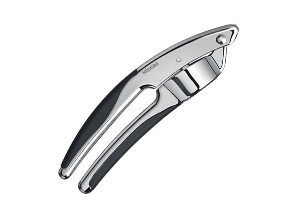 Пресс для чеснока Nadoba Sirena, длина 18,5 см721212Пресс для чеснока Nadoba Sirena изготовлен извысококачественного цинкового сплава и нержавеющей стали с хромированным покрытием. Пластиковыенакладки на рукоятке с tpr-покрытием не позволяют выскальзывать инструменту из рук. Надежный и удобный в использовании пресс Nadoba Sirena пригодится в каждом доме и станет практичным подарком друзьям и близким. Можно мыть в посудомоечной машине. Нерекомендуется использовать абразивныемоющие средства.Длина пресса для чеснока: 18,5 см.